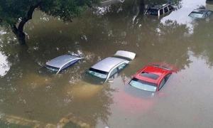 Thái Nguyên 'thất thủ' sau trận mưa 6 tiếng, nhiều ô tô ngập trong biển nước